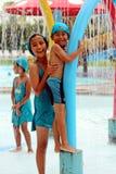 Ils sont appréciants et heureux à la piscine image libre de droits
