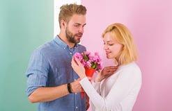 Ils sont aussi beaux que vous ami apportez des fleurs de bouquet pour l'étonner Homme donnant la belle fleur à beau images stock