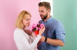 Ils sont aussi beaux que vous ami apportez des fleurs de bouquet pour l'étonner Homme donnant la belle fleur à beau photos libres de droits