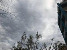 Ils sont les nuages au ciel Ville de Palma images stock