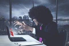 Ilsken affärsafrikansk amerikan med lösenordfelmeddelandet Arkivbilder