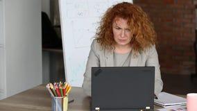 Ilsken affärskvinna i kontorsinnehavbrädet med ordet HJÄLP stock video