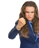 Ilsken affärskvinna som hotar med näven royaltyfri fotografi