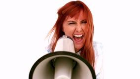 Ilsken affärskvinna som skriker i en megafon stock video