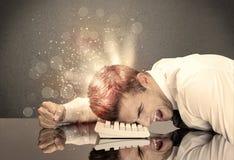 Ilsken affärsman med ljus och tangentbordet Royaltyfria Foton