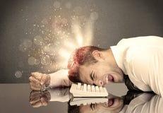 Ilsken affärsman med ljus och tangentbordet Fotografering för Bildbyråer