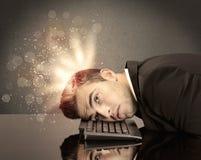 Ilsken affärsman med ljus och tangentbordet Royaltyfri Fotografi