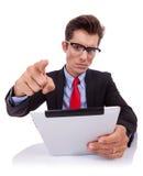 Ilsken affärsman som acusing, medan läsa blocket Royaltyfri Bild