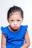 Ilsken asiatisk flickaheadshot i vit bakgrund Royaltyfri Fotografi