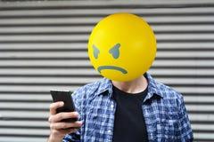 Ilsken emojihuvudman Arkivfoton
