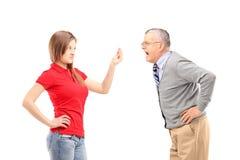 Ilsken fader som ropar på hans dotter Arkivfoton