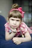 ilsken flicka little som ligger Royaltyfri Bild