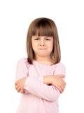 Ilsken flicka som isoleras på en vit bakgrund arkivbilder