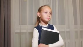 Ilsken flicka som låtsar för att vara affärskvinna, henne hållande mapp med dokument och i regeringsställning grälar lager videofilmer