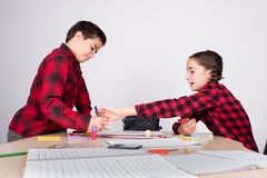 Ilsken flicka som tar bort blyertspennan från barn på skola arkivfoto