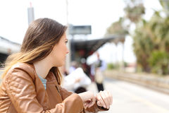 Ilsken flicka som väntar i en drevstation arkivfoto