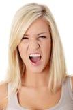 ilsken frustrerad skrikig kvinna Arkivbild