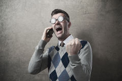 Ilsken grabb som skriker på telefonen fotografering för bildbyråer