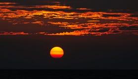 Ilsken havsoluppgång royaltyfri foto