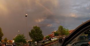 Ilsken himmel med regnbågen royaltyfri fotografi