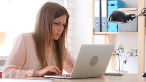Ilsken idérik kvinna som arbetar på bärbara datorn som störs Royaltyfria Foton