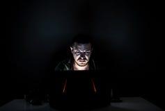 Ilsken internetanvändare i mörkret royaltyfria bilder