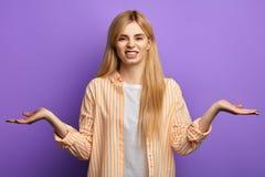 Ilsken irriterad kvinna som b?r den randiga skjortan och T-tr?ja arkivbild