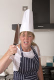 Ilsken kock som rymmer en stor kniv Arkivbild