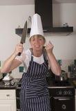 Ilsken kock som rymmer en stor kniv Royaltyfri Foto