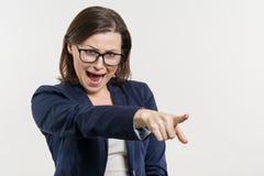 Ilsken kvinna för mogen affär som skriker, vit studiobakgrund royaltyfria bilder
