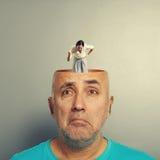 Ilsken kvinna i huvudet av den deprimerade mannen Arkivfoton
