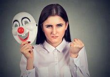 Ilsken kvinna med clownmaskeringen arkivfoto