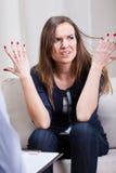 Ilsken kvinna på psykoterapi Arkivbilder