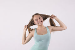 Ilsken kvinna som drar hans hår Arkivbild