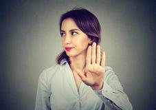 Ilsken kvinna som ger samtal till handgesten fotografering för bildbyråer