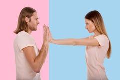 Ilsken kvinna som konkurrerar i makt med hennes pojkvän arkivfoton