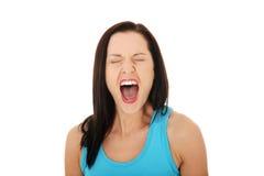Ilsken kvinna som loud skriker arkivfoto