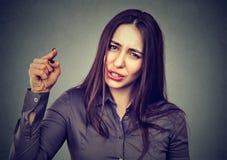 Ilsken kvinna som pekar hennes finger som anklagar någon arkivbilder