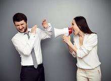 Ilsken kvinna som ropar på mannen Royaltyfri Foto