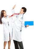 Ilsken kvinnlig doktor Assaulting Male Colleague V Royaltyfri Bild