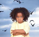 Ilsken liten flicka med den härliga frisyren arkivfoto