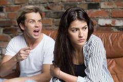 Ilsken make som skriker på frun som klandrar henne för förhållandemisun Arkivfoton