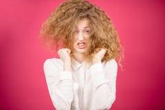 Ilsken modell med den konstiga frisyren arkivfoton