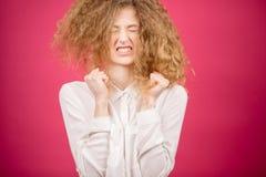 Ilsken modell med grep hårt om nävar med konstig hårstil fotografering för bildbyråer
