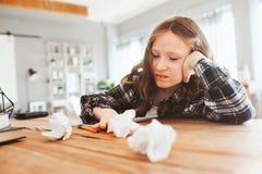 ilsken och trött barnflicka som har problem med hem- arbete royaltyfri fotografi