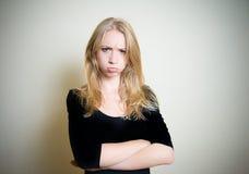 Ilsken och vresig stående för ung blond kvinna Fotografering för Bildbyråer