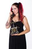 Ilsken punkrockflicka med den antika telefonen arkivbild