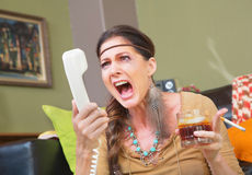 Ilsken rökare som skriker på telefonen Royaltyfri Bild