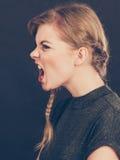 Ilsken rasande ung blond kvinna fotografering för bildbyråer