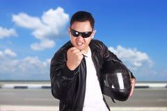 Ilsken show för motorcyklistcyklistracerbil hans näve Arkivbild